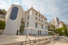 Monte - carlo, byggnad för museum för villaPaloma samtida konst med folk i en solig dag royaltyfria foton