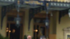 Monte Carlo Casino-ingang, actief verkeer en vele toeristen, reis aan Monaco stock video