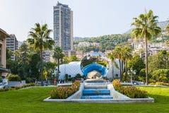 Monte Carlo, Mónaco con la escultura del espejo del cielo Imágenes de archivo libres de regalías