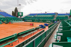 Monte Carlo, Mónaco - 17 de abril de 2016: Campo de tenis de la arcilla preparado Imágenes de archivo libres de regalías