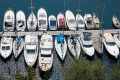 MONTE - CARLO, MÔNACO - 19 DE ABRIL: Uma variedade dos barcos e do yach Fotos de Stock Royalty Free