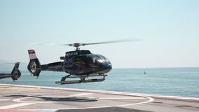 Monte Carlo, am 26. Mai 2018: Hubschrauber entfernen sich auf dem Sehung stock video footage