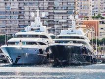 MONTE CARLO, MONACO - 10 AOÛT 2017 : Yachts de luxe en port de Monte Carlo, Monaco images libres de droits