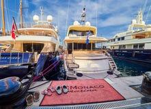 MONTE CARLO, MONACO - 10 AOÛT 2017 : Yachts de luxe en port de Monte Carlo, Monaco photographie stock