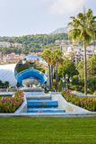 Monte Carlo, Monaco avec la sculpture en miroir de ciel Image stock