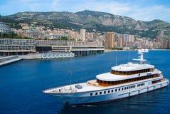 Monte Carlo, Monaco - 8 décembre 2009 : le yacht vont le long du navire et de la ville de côte sur le paysage de montagne luxe Images stock