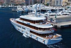 Monte Carlo, Monaco - December 08, 2009: het jacht gaat in zeehaven Van de jachtclub en stad huizen in haven Overzees avontuur en Stock Afbeeldingen
