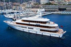 Monte Carlo, Monaco - December 08, 2009: jacht in overzeese haven Van de jachtclub en stad huizen op berglandschap Overzees Royalty-vrije Stock Afbeelding
