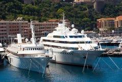 Monte Carlo, Monaco - December 08, 2009: jachten in overzeese haven op stedelijke achtergrond Het varen en machtsboten in haven O Stock Afbeelding
