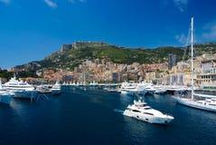 Monte Carlo, Monaco - December 08, 2009: overzeese haven met jachten en stad op berglandschap Huizen op overzeese kust met Royalty-vrije Stock Afbeeldingen
