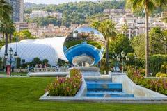 Monte Carlo, Monaco mit Himmel-Spiegelskulptur lizenzfreies stockbild