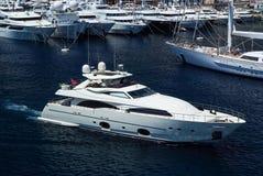 Monte, Carlo -, - motorowy jacht w nawigaci od portu Wodny rzemiosło w błękitnym morzu Luksusowy styl życia Obrazy Stock