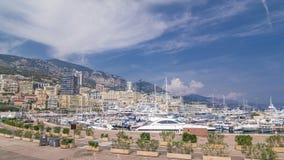 Monte, Carlo portu Hercule panoramy timelapse hyperlapse - Widok luksusowi jachty i domy wokoło schronienia Monaco, Cote d zbiory