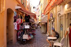 Monte Carlo Street av shoppar och restauranger Arkivbilder