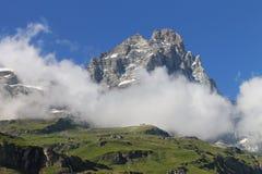 Monte Cervino i sommar med moln Royaltyfri Bild