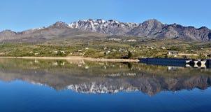 Monte Cinto Massif som reflekterar i Calacuccia sjön Arkivbilder
