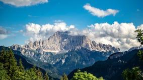 Monte Civetta landskapsikt med moln i Dolomites royaltyfri fotografi