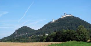 Monte com castelo romântico Fotos de Stock