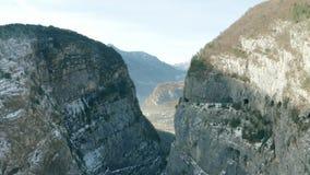 MONTE COT, ITALIE - 23 D?CEMBRE 2018 Vue a?rienne de barrage inf?me de Vajont, l'endroit de la catastrophe le 9 octobre 1963 banque de vidéos