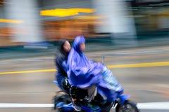 Monte d'un e-vélo à Changhaï, la Chine Image stock