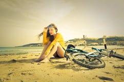 Monte d'un vélo à la plage Image libre de droits