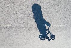 Monte d'un vélo Image libre de droits