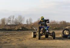 Monte d'un vélo de quadruple sur le tous terrains Image libre de droits