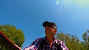 Monte d'un vélo sur un pont impérial dans le tir d'individu de Rome FDV banque de vidéos