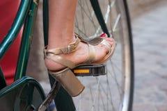 Monte d'une bicyclette avec des talons hauts Photo libre de droits