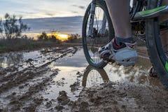 Monte d'une bicyclette par la campagne photo libre de droits