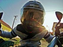 Monte d'une moto Images stock