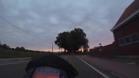 Monte d'une moto sur la campagne clips vidéos