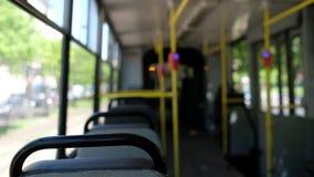 Monte dans la tramway presque vide de ville le jour d'été banque de vidéos