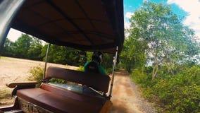 Monte dans un Tuk Tuk avec un conducteur cambodgien banque de vidéos