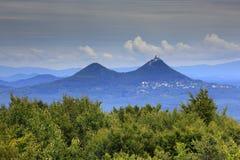 Monte de Bezdez, na montanha de Kokorinsko, República Checa Monte com nuvens Paisagem bonita da manhã Vila abaixo do monte landsc foto de stock