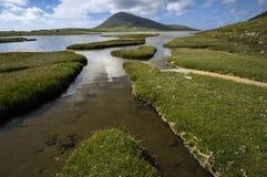 Monte de Ceapabhal e entradas maré ou saltings em um Taobh Tuath ou em Northton na ilha de Harris, Escócia Imagem de Stock
