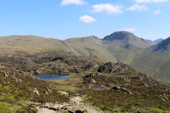 Monte de feno, Tarn inominado e grande Gable Cumbria fotografia de stock