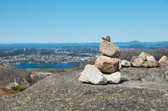 Monte de pedras com a vista do fiorde Fotografia de Stock Royalty Free