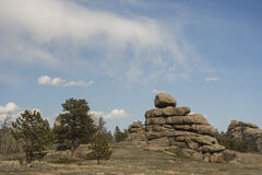 Monte de pedras da rocha sob o céu azul nebuloso Imagem de Stock