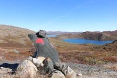 Monte de pedras de pedra entre o trajeto do ATO da fuga do círculo ártico fotografia de stock