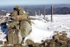 Monte de pedras e cerca de piquete em Pyrenees Imagens de Stock Royalty Free
