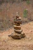 Monte de pedras em um campo foto de stock