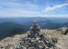 Monte de pedras em uma cimeira de Becs de Les Trois foto de stock