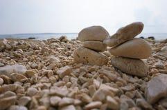 Monte de pedras de pedra em Pebble Beach fotos de stock