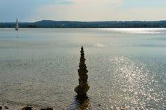 Monte de pedras de pedra em um lago Imagens de Stock