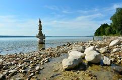 Monte de pedras de pedra em um lago Foto de Stock Royalty Free