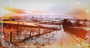 Monte de Pendle no tempo do por do sol no inverno Decorado ordenadamente com elementos gráficos do Natal fotografia de stock royalty free