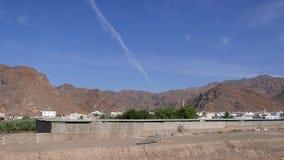 Monte de Uhud contra céus azuis - onde a batalha de Uhud ocorreu durante a era do pbuh de Muhammad do profeta vídeos de arquivo