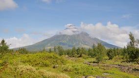 Monte el Monte Mayon en la provincia de Bicol, Filipinas metrajes