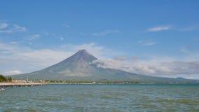 Monte el Monte Mayon en la provincia de Bicol, Filipinas almacen de metraje de vídeo